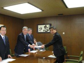 写真:「制度政策要求」を北海道知事に提出