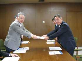 写真:福祉向上キャンペーン「制度・政策要求」を北海道知事に提出